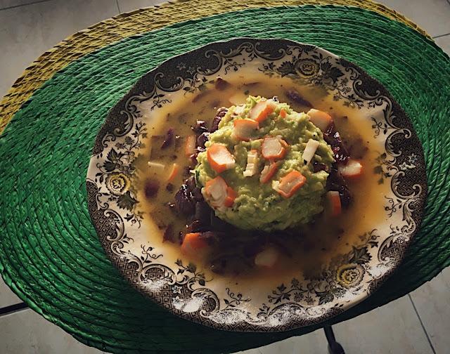 Tartar de aguacate con cebolla roja, gambas y vinagreta de naranja