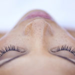 ¿Debemos dejar descansar la piel de los productos cosméticos?